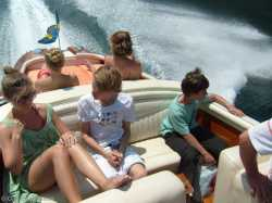 The Aquarama can easily accommodate 10 people
